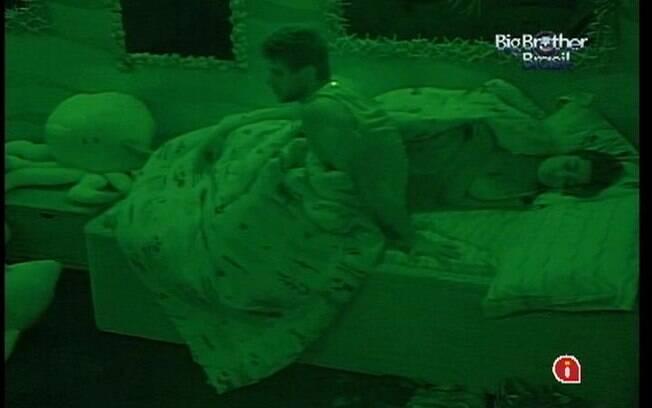 Jonas acorda e chama João Carvalho. O brother não escuta e o modelo decide atirar uma almofada no mineiro