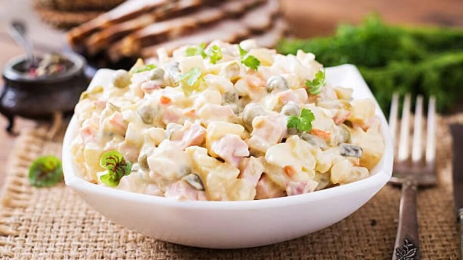 Maionese com legumes: deliciosa, barata e cai perfeitamente bem no churrasco