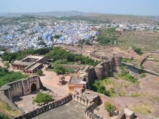 Do alto da cidade, visitante é brindado com uma espetacular vista da fortaleza e das casasinhas azuis de Jodhpur