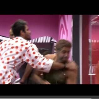 Marcelo quebra vidro do quarto do líder depois de socá-lo várias vezes