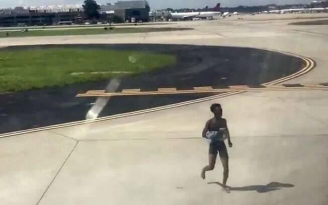 O homem seminu foi impedido pelos passageiros e pelas autoridades do aeroporto, sendo detido pelas autoridades locais