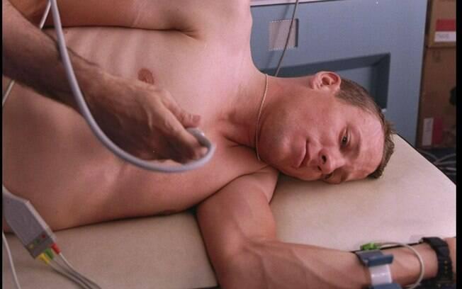 Logo no começo da carreira, aos 25 anos,  Armstrong anunciou que estava com uma grave  doença. Ele tinha câncer nos testículos e tumores  no pulmão e no cérebro