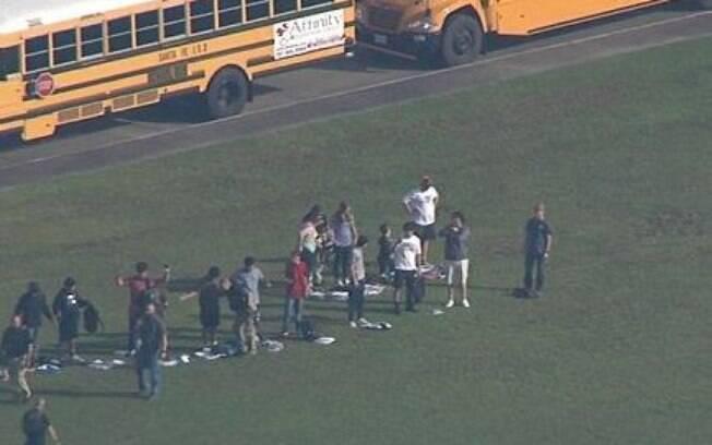 Estudantes foram vistos na saída do colégio no Texas. Pelo menos dez pessoas morreram nesse tiroteio em escola