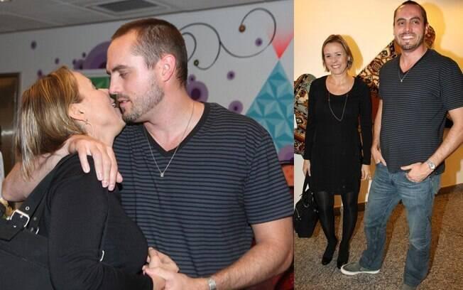 Giulia Gam e o novo namorado, o professor universitário Stephen Bocskay, em estreia teatral em SP