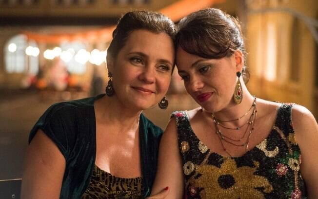 Adriana Esteves e Karine Teles em cena de