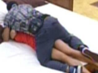 Yuri tenta beijar Laisa à força