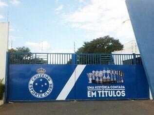 Portão de entrada da Toca da Raposa II voltou a destacar as grandes conquistas do Cruzeiro