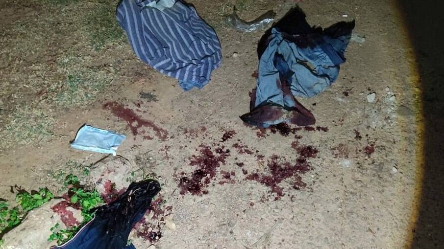 Roupas da vítima com manchas de sangue
