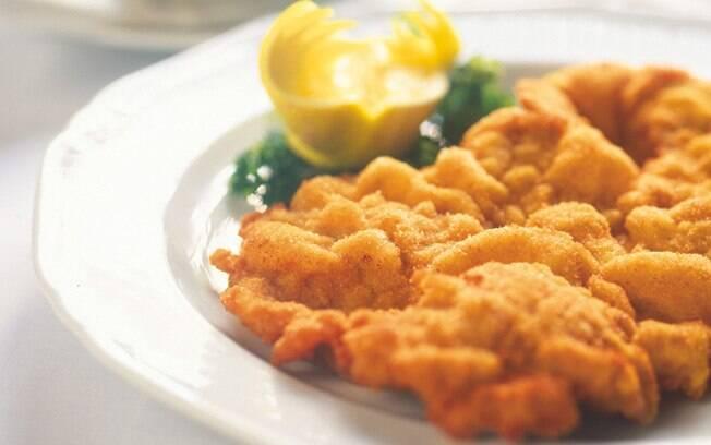 O Wiener Schnitzel, um escalope finíssimo de vitela empanada, é o prato típico da cidade