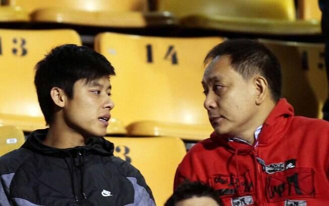 Zizao, reforço chinês do Corinthians, assiste  a jogo no Pacaembu