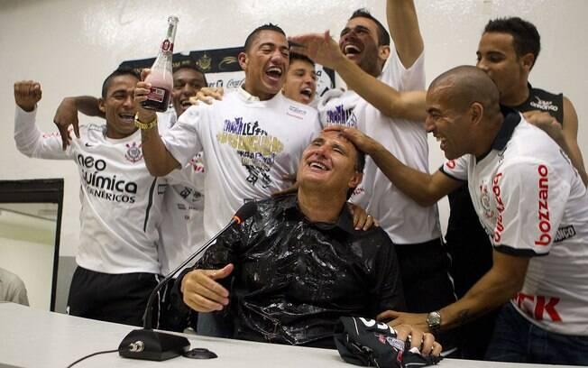 Depois do jogo, elenco corintiano atrasou  coletiva de Tite ao dar banho de champanhe no  treinador