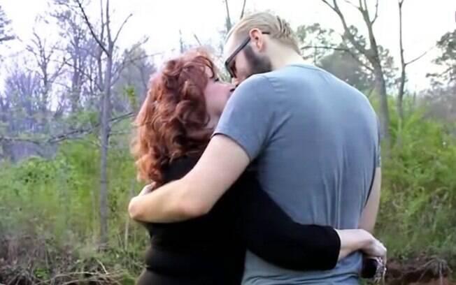 Gary conta que a primeira vez que o casal fez amor foi na noite do casamento,