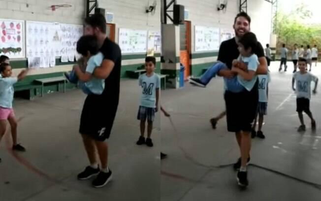 João pulando corda com Heitor