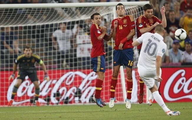 Benzema bate falta contra o gol de Casillas