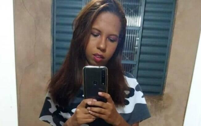 mulher tirando foto no espelho