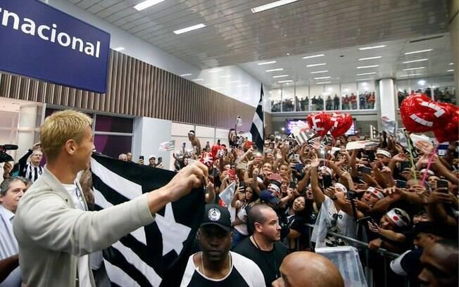 Honda foi recebido no aeroporto pela torcida do Botafogo