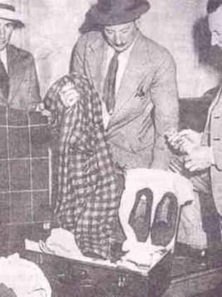 policiais com sapatos do Homem de Somerton