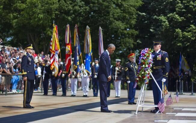 O presidente Barack Obama faz pausa durante a cerimônia que coroa com flores túmulo de soldado desconhecido no Memorial Day, EUA