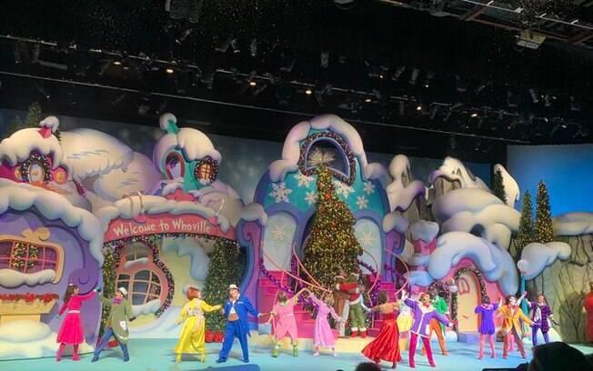 cena do musical, com os personagens no palco