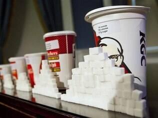 Porções de refrigerante e a quantidade correspondente de açúcar em cada um: estudos atestam que eles causam obesidade
