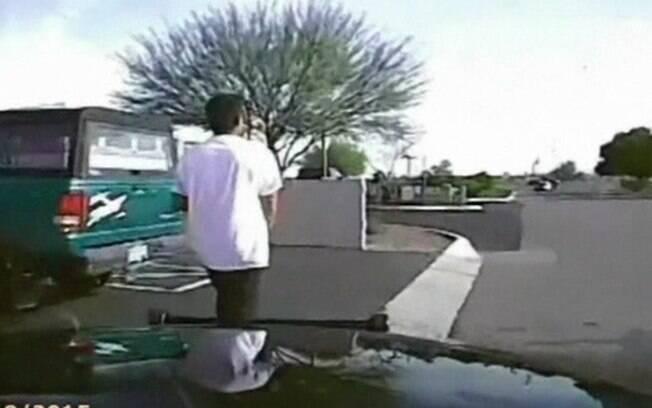 Câmera em viatura mostra atropelamento intencional de suspeito nos EUA