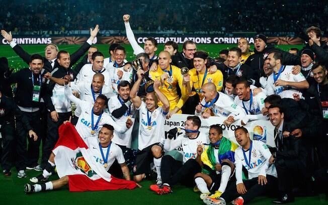 Corinthians comemora o Mundial de Clubes de 2012, conquistado após bater o Chelsea na final