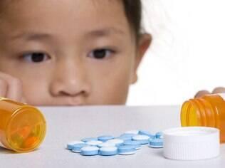Remédios coloridos podem parecer doce para as crianças