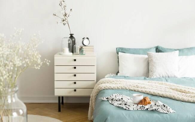 Quer comprar um criado-mudo para usar no quarto ao lado da cama? Arquitetas dão dicas e explicam sobre as medidas