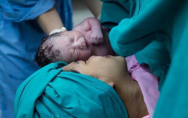 O fato do fotógrafo recusar o trabalho, colocando a cesárea como uma cirurgia e não um nascimento chocou os internautas