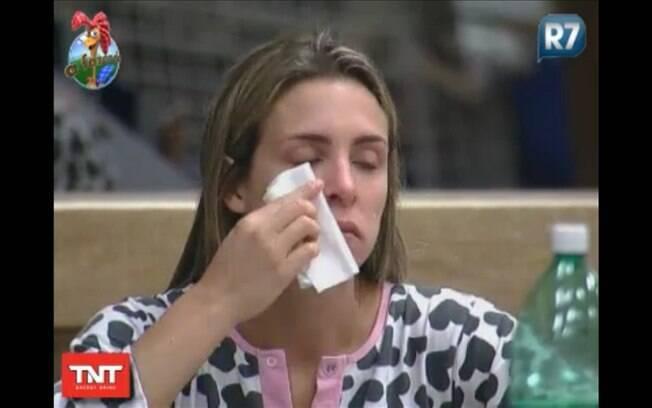 Joana chora à mesa enquanto almoça