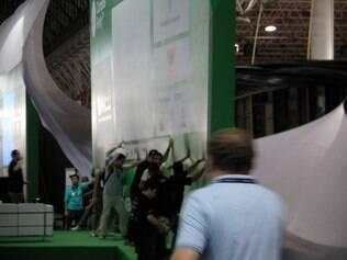 Funcionários da organização da Campus Party tentam evitar queda de painel