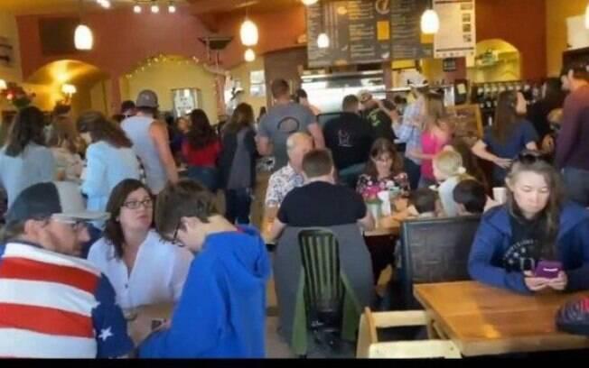 Nas imagens, um dos clientes mostra o salão do restaurante completamente lotado