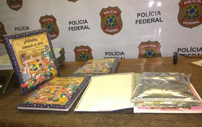 Dentro dos 4 livros, em todas as capas, havia embalagens aluminizadas contendo cocaína pura