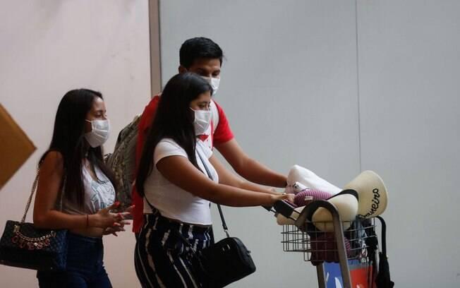 pessoas em um aeroporto se protegendo.