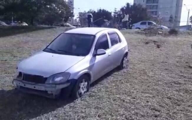 Carro bate em poste que cai e atinge veículo na Lix da Cunha, em Campinas