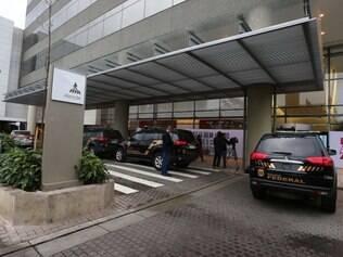 PF cumpre mandados de prisão em Minas e mais três Estados e apreende arma e R$ 15 mil na sede da Andrade Gutierrez, em BH