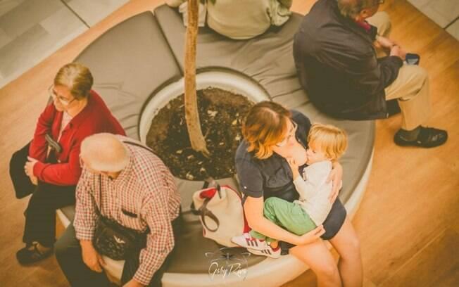 O fotógrafo também quis retratar a amamentação nos espaços públicos