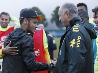Neymar cumprimentou Felipão e outros companheiros da seleção