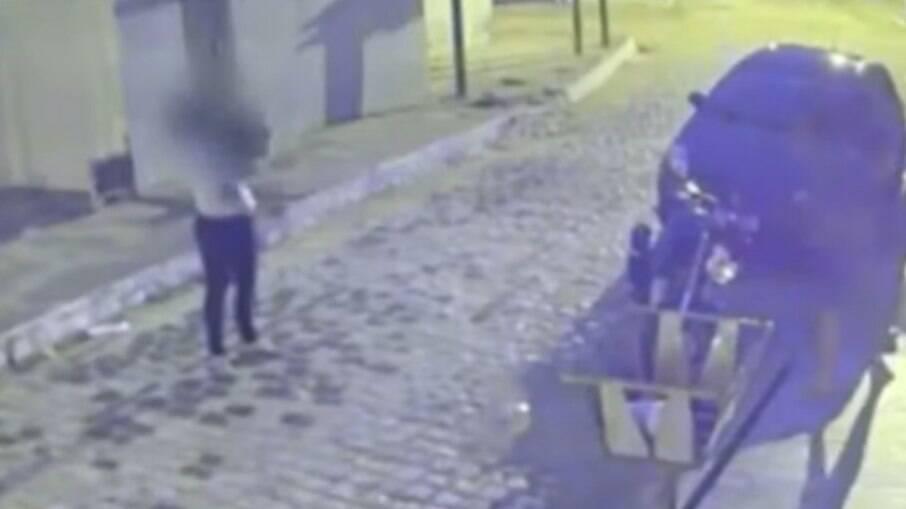 Câmera de segurança capta o momento em que um homem joga um capacete no rosto de ex-companheira