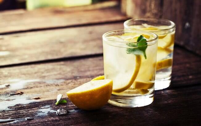 A água com limão, sozinha, não ajuda a emagrecer. Além disso, a bebida não é indicada para quem tem refluxo ou azia