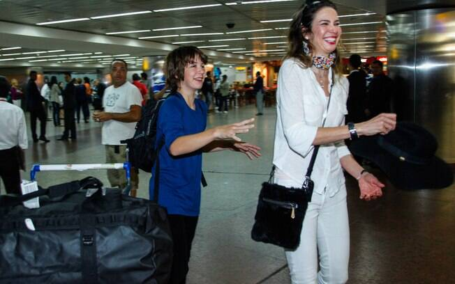 Luciana Gimenez desembarcou nesta segunda-feira (10) com filho em São Paulo após um mês viajando