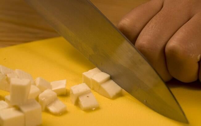 Pique 200 g de queijo-de-minas fresco
