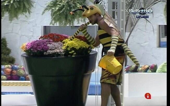 Jonas precisa polinizar as flores do jardim