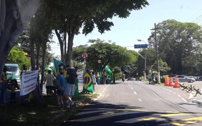 Ato em frente a Escola de Cadetes de Campinas pede intervenção militar no país