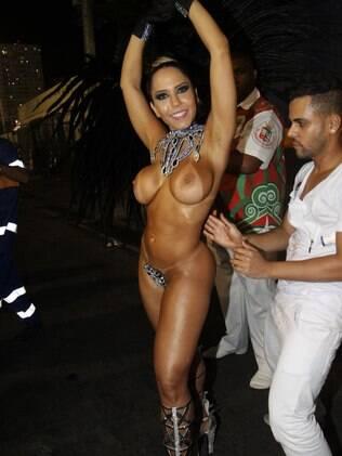 A funkeira Renata Frisson, mais conhecida como Mulher Melão, se prepara para desfilar no Rio de Janeiro
