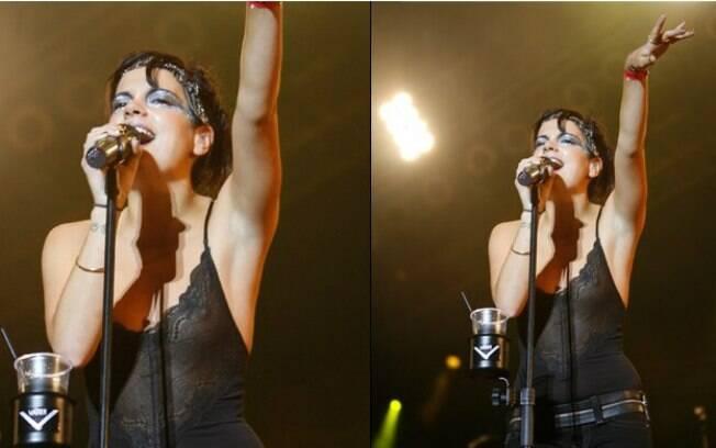Lily Allen estava cantando quando o clique indiscreto mostrou que ela estava sem sutiã. Roupas pretas não combinam muito com flashes