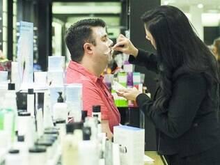 Simplicidade.  Dermatologistas afirmam que, para o público masculino, evitam utilizar produtos com aromas muito adocicados