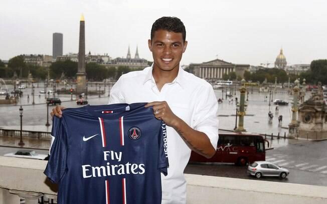 Thiago Silva com a camisa de seu novo clube
