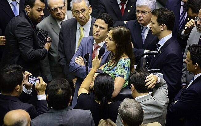Num ato de revolta, deputados protestaram contra Cunha. Mara Gabrilli perguntou ao peemedebista:
