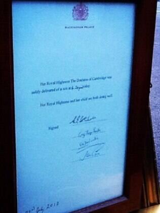 Foto do anúncio oficial do nascimento do primeiro filho de Príncipe William e Kate Middleton